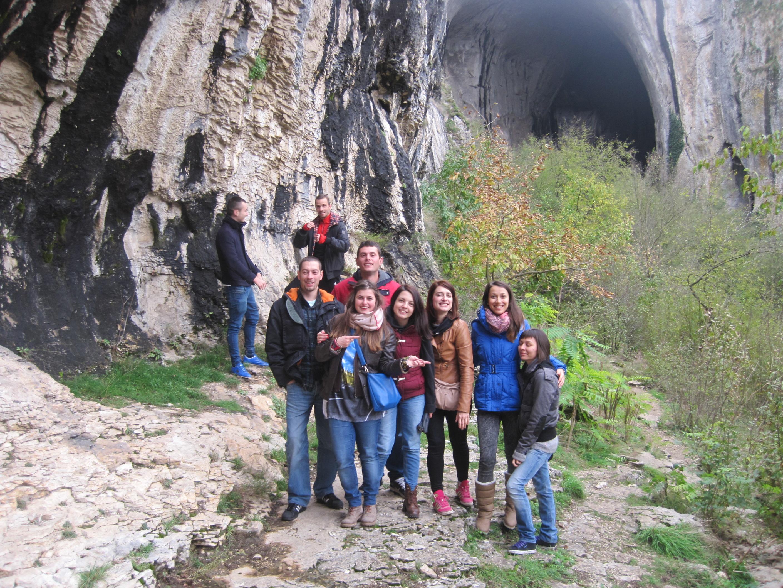 с приятели пред пещерата